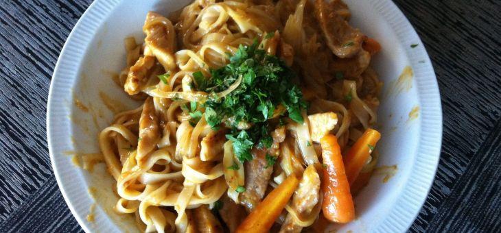 Fideus d´arròs amb porc i salsa satay
