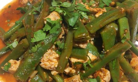 Mongeta verda amb tofu i salsa chraimeh