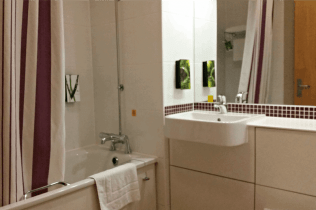 Warwick Premier Inn - Bathroom