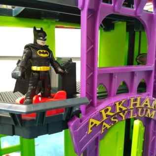 Imaginext DC Super Friends Arkham Asylum - Turn bottom Power Pad to open and close jail cell doors