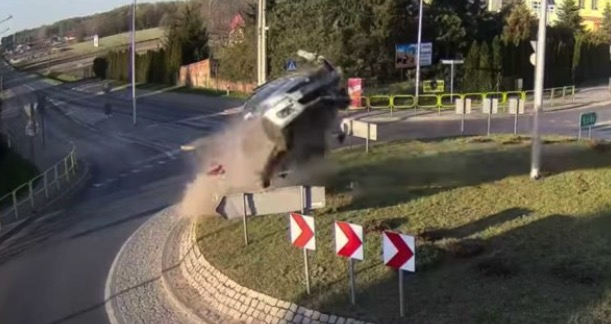 Bil flyver over rundkørsel