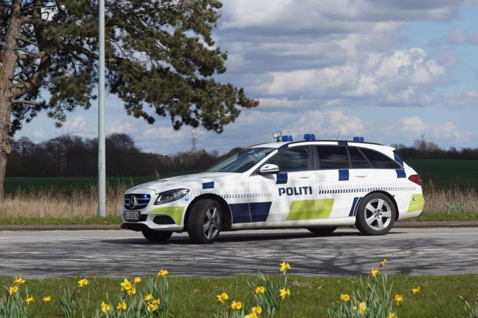 To mænd på henholdsvis 16 og 20 år er ved Retten i Ringsted blevet dømt for at kaste grene ud fra en gangbro og ned på en trafikeret vej.