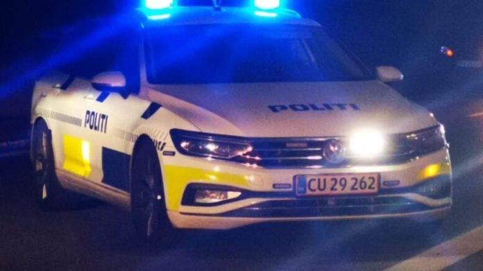 En 27-årig mand fra Frederikshavn sad mandag på anklagebænken i Retten i Hjørring. Han er tiltalt for vanvidskørsel, vidnetrusler og for at fornærme politiet.