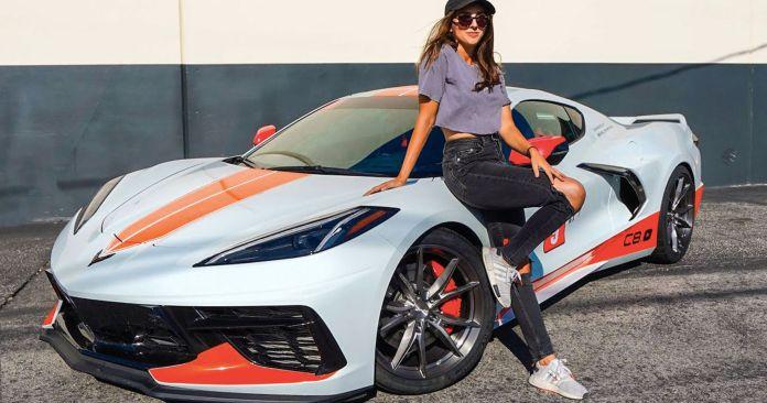 Emelia Hartford ser ikke bare godt ud, hun er også hamrende hurtig bag et rat. Faktisk er hendes Corvette den hurtigste af sin slags på planeten. Eller den var verdens hurtigste.