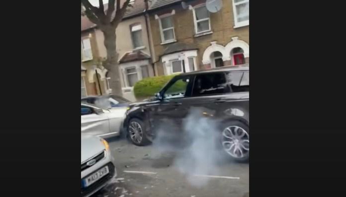 En biltyv har i sit forsøg på at komme væk i en stjålet Range Rover smadret en hel række biler i en af Londons smalle sidegader