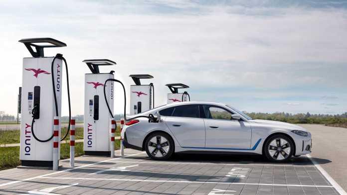 En elbil fra BMW skal ikke nødvendigvis kunne køre mere end 600 kilometer på en opladning, mener projektchefen bag BMW i4