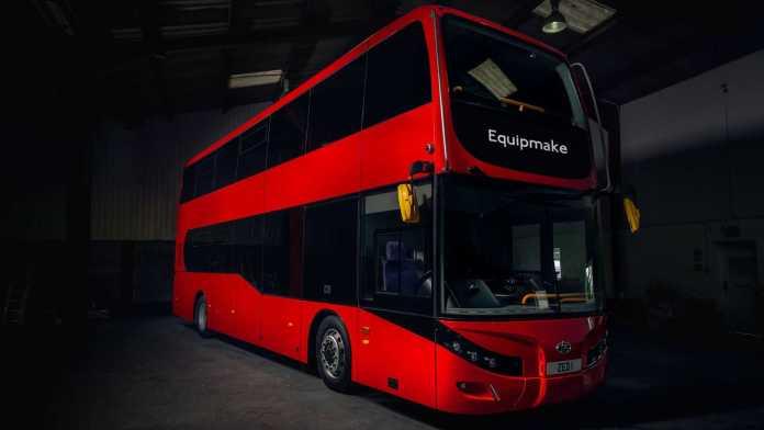 Den klassiske røde dobbeltdækkerbus er blevet forvandlet til eldrift - den kan køre 400 kilometer på én opladning.