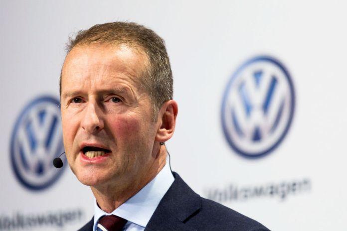 Kun meget få taler om, hvor mange arbejdspladser elbilerne kommer til at koste. Men nu har Volkswagens bestyrelsesformand et meget konkret bud.