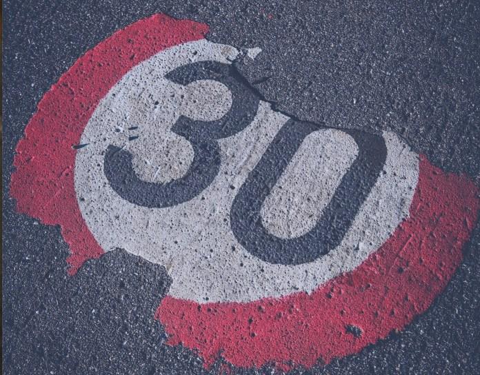 et stort flertal i EU-parlamentet mener, at hastigheden i byerne skal være 30 km/t