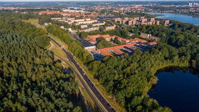 I Silkeborg er der anlagt en ny vej. Her ligner det grangiveligt, at man må køre 80. Men hastigheden skal længere ned. Alligevel slipper bilisterne i første omgang for fartbøder.