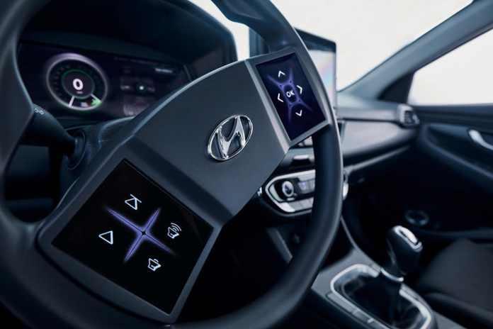 Den koreanske bilproducent Hyundai har tænkt sig at gøre Tesla kunsten efter. Måske vi snart ser et Formel 1-lignende rat i personbiler.