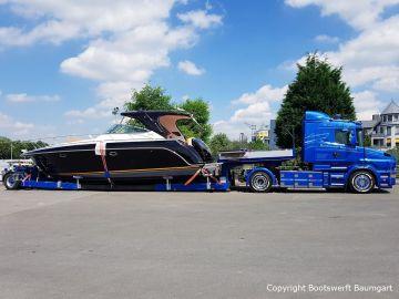 Transport einer Motoryacht auf dem Schwertransportauflieger durch Bootswerft Baumgart