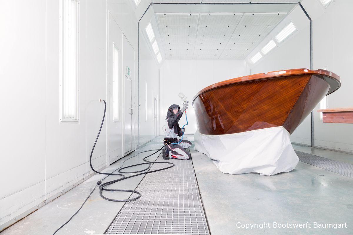 Lackierung eines Holz Motorboots in der Lackierhalle der Bootswerft Baumgart in Dortmund