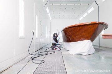 Holzlackierarbeiten in der Bootslackierkabine Baumgart