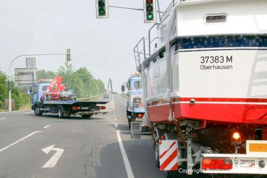 Auf der Fahrt mit Motoryacht nach Rünthe durch Bootswerft Baumgart. Im Hintergrund eine Brücke über den Dortmund-Ems-Kanal.