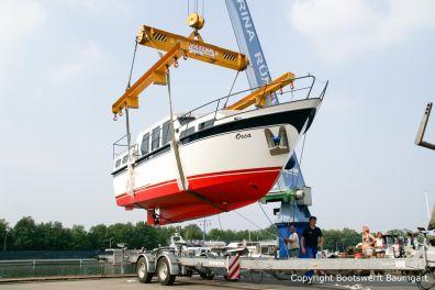 Nach dem Bootstransport durch Bootswerft Baumgart wird die Motoryacht in der Marina Rünthe in Wasser gekrant.