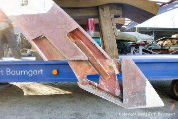 Vorbereitungen des Dachs einer Formula 40 PC Motoryacht auf dem Werftgelände der Bootswerft Baumgart in Dortmund