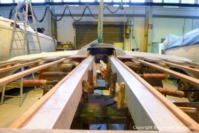Vorbereitungen des Dachs einer Formula 40 PC Motoryacht mit Schraubzwingen in der Werfthalle der Bootswerft Baumgart in Dortmund