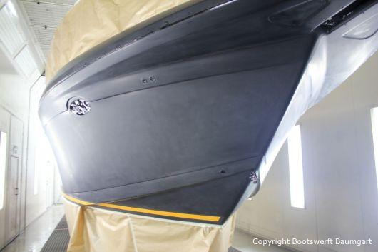 Fertig lackierter Wasserpass bei der Bootslackierung einer Formula 40 PC Motoryacht mit Effecktlack in der Lackierkabine der Bootswerft Baumgart in Dortmund
