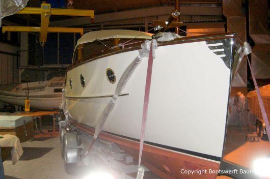 Rapsody 29 auf dem Bootstrailer in der Werfthalle der Bootswerft Baumgart in Dortmund
