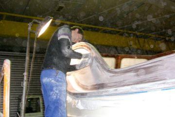Schleifarbeiten am Holzaufbau der Rapsody 29 in der Werfthalle der Bootswerft Baumgart in Dortmund