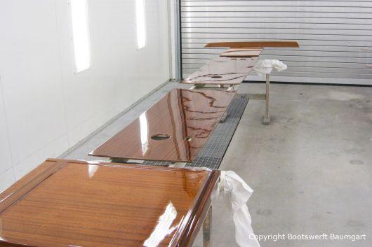 Lackierung von Holzteilen der Rapsody 29 in der Lackierkabine der Bootswerft Baumgart in Dortmund