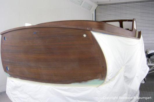 Heckspiegel bei der Lackierung der Holzflächen der Rapsody 29 in der Lackierkabine der Bootswerft Baumgart in Dortmund