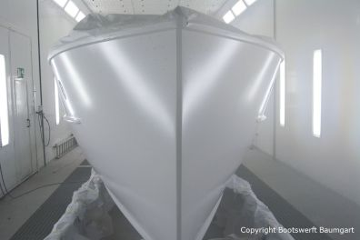 Bug bei der Lackierung des Rumpfes der Rapsody 29 in der Lackierkabine der Bootswerft Baumgart in Dortmund