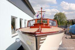 Bug der Rapsody 29 auf dem Werftgelände der Bootswerft Baumgart nach durchgeführter Bootslackierung in Dortmund
