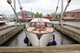 Wasserung der Rapsody 29 nach der Bootslackierung in der Bootswerft Baumgart