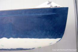 Kleinere Unebenheiten im Rumpf der Latitude 46 Tofinou 9.5 wurden mit einer finishing Spachtelmasse der Firma International verschwemmt