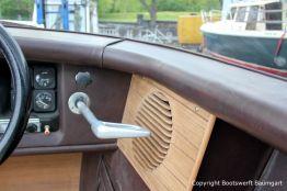 Lautsprecherblende aus Holz im Cockpit einer Boesch 590 St. Tropez nach durchgeführtem Refit auf dem Werftgelände der Bootswerft Baumgart in Dortmund
