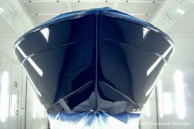 Bug der Chris Craft MX 25 Motoryacht bei der Lackierung in der Lackierkabine der Bootswerft Baumgart in Dortmund