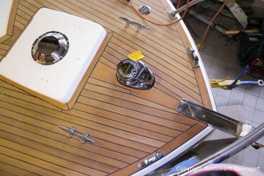 Vorschiff der Chris Craft MX 25 Motoryacht mit Deckluke und Teakdeck nach durchgeführtem Refit in der Werfthalle der Bootswerft Baumgart in Dortmund
