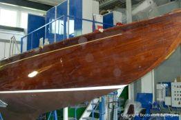 Rumpf der Lacustre Segelyacht im alten Lack vor dem Refit in der Werfthalle der Bootswerft Baumgart in Dortmund
