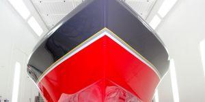Lackierung eines Malibu Skier Euro f3 Motorboots beim Refit in der Lackierkabine der Bootswerft Baumgart in Dortmund