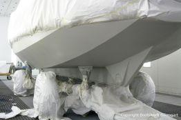 Grundierung der Bootslackierung beim Refit einer St. Jozef Vlet in der Lackierkabine der Bootswerft Baumgart in Dortmund