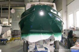 Bootslackierung beim Refit einer St. Jozef Vlet Motoryacht in der Werfthalle der Bootswerft Baumgart in Dortmund