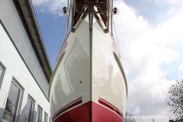 Bug eines Vilm 106 Motorseglers nach dem Refit auf dem Werftgelände der Bootserft Baumgart in Dortmund