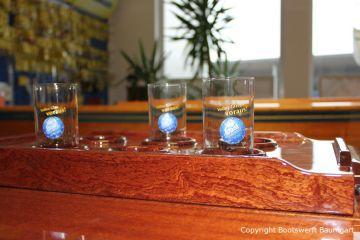 Lackierter Holztisch beim Refit einer Vilm 106 in der Bootswerft Baumgart in Dortmund