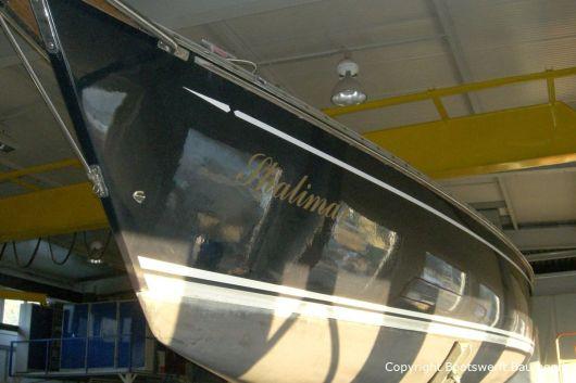 Ankunft einer Comfortina 38 zur Reparatur in der Werfthalle der Bootswerft Baumgart in Dortmund