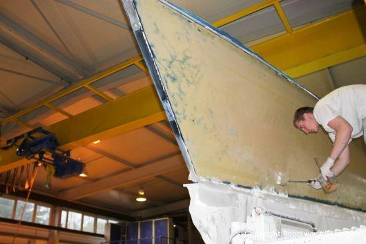 Lackiervorbereitungen an einer Comfortina 38 in der Werfthalle der Bootswerft Baumgart in Dortmund