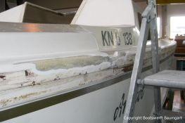 Bordwand eines Jaguar 22 Segelkajütboots bei der Reparatur in der Werfthalle der Bootswerft Baumgart in Dortmund