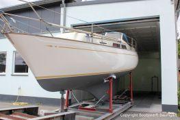 Die fertig lackierte NAB 32 Segelyacht kommt aus der Lackierkabine der Bootswerft Baumgart in Dortmund