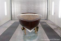 Bootslackierung eines Boesch Junior Motorboots in der Lackierkabine der Bootswerft Baumgart in Dortmund