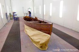 Restauration eines klassischen Holzruderbootes in der Lackierkabine der Bootswerft Baumgart in Dortmund