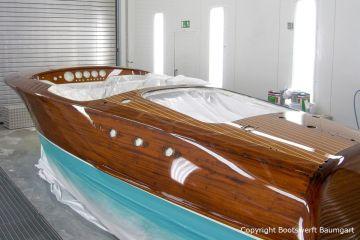 Nackter Rumpf der Riva Ariston nach Lackierung in der Lackierkabine der Bootswerft Baumgart in Dortmund