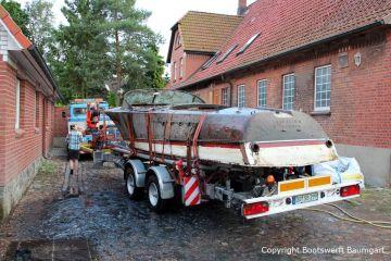Zwischenstop beim Bootstransport einer geborgenen Riva Super Aquarama durch die Bootswerft Baumgart