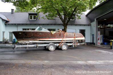 Ankunft der Riva Super Aquarama auf dem Bootstrailer auf dem Werftgelände vorm Tor der Werfthalle der Bootswerft Baumgart in Dortmund