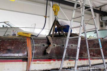 Bergung des Bootsmotors einer Riva Super Aquarama mit dem Deckenkran in der Werfthalle bei der Restauration durch die Bootswerft Baumgart in Dortmund